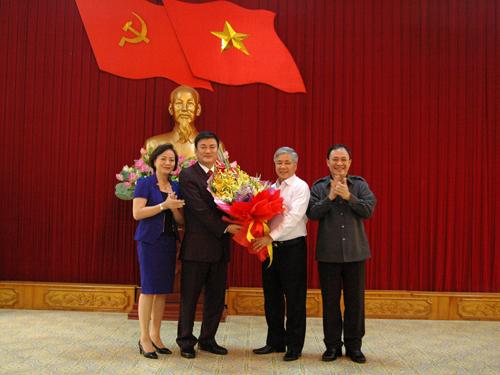 Các đồng chí lãnh đạo tỉnh Yên Bái tặng hoa chúc mừng đồng chí Nguyễn Chiến Thắng