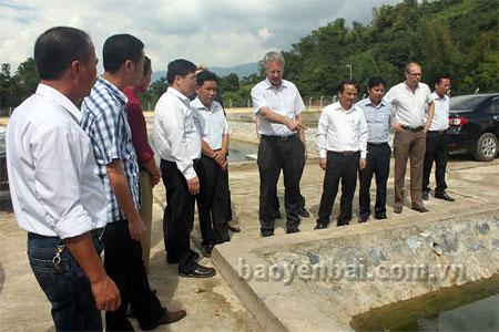 Đồng chí Hoàng Xuân Nguyên - Phó chủ tịch UBND tỉnh (người đứng thứ tư từ  phải sang) và đoàn công tác kiểm tra Dự án thoát nước tại thị trấn Nông trường Nghĩa Lộ.
