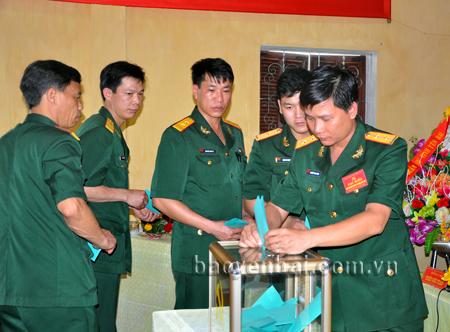 Đại hội Đảng bộ Quân sự huyện Trấn Yên lần thứ VIII, nhiệm kỳ 2015 - 2020 thành công tốt đẹp.  (Ảnh: Các đại biểu bỏ phiếu bầu Ban Chấp hành Đảng bộ).