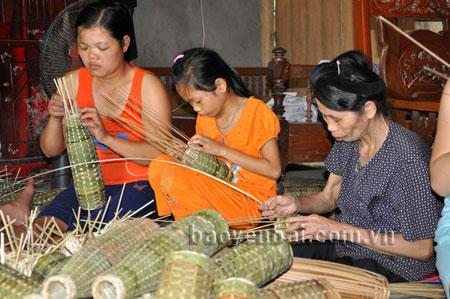 Nghề đan rọ tôm góp phần tạo việc làm, nâng cao thu nhập cho người dân vùng hồ Thác Bà.