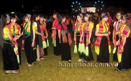 Thiếu nữ Thái Mường Lò trong đêm hội. (Ảnh: Thanh Ba)