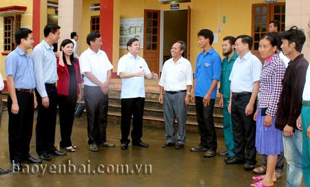 Đồng chí Dương Văn Thống (thứ 5 từ trái sang) trao đổi với cử tri xã Nà Hẩu, huyện Văn Yên.