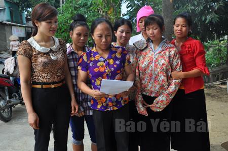 Phụ nữ xã Thạch Lương (Văn Chấn) tìm hiểu pháp luật về KNTC.