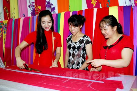 Chị Liên (bên trái) luôn cẩn thận, tỉ mỉ trong từng đường cắt đến công đoạn hoàn thành để cho ra đời những chiếc áo dài đẹp.