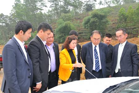 Đại diện Ban Quản lý Các khu công nghiệp tỉnh Yên Bái giới thiệu về cơ sở hạ tầng Khu công nghiệp phía Nam với các nhà đầu tư Nhật Bản.
