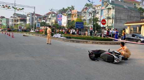 Lực lượng cảnh sát giao thông thành phố Yên Bái tiến hành khám nghiệm hiện trường.