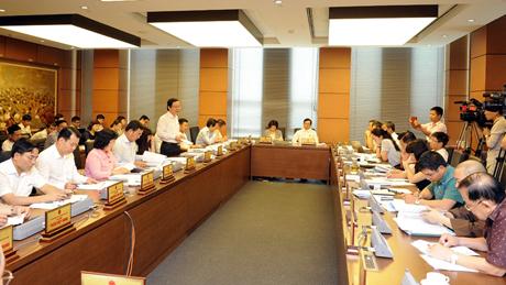 Đại biểu Quốc hội TP Hà Nội thảo luận ở tổ.