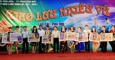 CBL khiêu vũ TTVH-TT tỉnh Yên Bái tặng hoa và quà lưu niệm cho các CLB tham gia giao lưu.