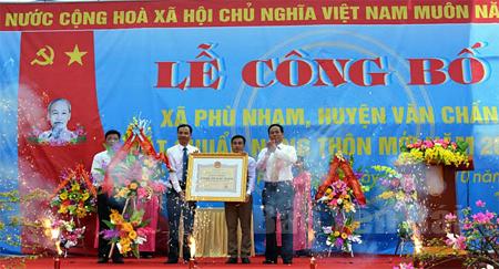 Đồng chí Nguyễn Văn Khánh – Phó Chủ tịch UBND tỉnh trao Bằng công nhận xã Phù Nham đạt chuẩn nông thôn mới năm 2016.