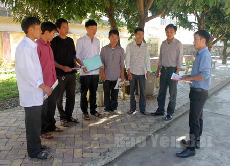 Cán bộ Phòng LĐ-TB&XH huyện Mù Cang Chải trao đổi với thanh niên về công tác XKLĐ.