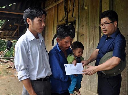 Lãnh đạo Ủy ban Mặt trận Tổ quốc tỉnh trao quà hỗ trợ cho gia đình anh Giàng A Chu có vợ bị lũ cuốn trôi.
