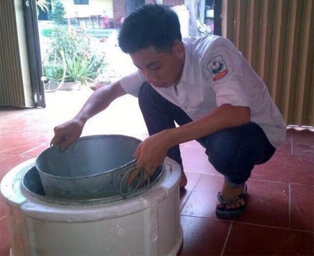 Em Nguyễn Tuấn Huy trong quá trình chế tạo chiếc nồi bảo quản rau, củ, quả trong sinh hoạt.