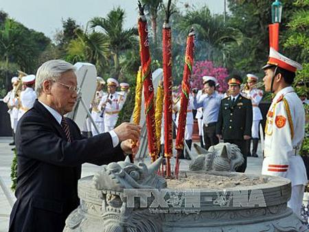 Tổng Bí thư Nguyễn Phú Trọng thắp hương tại Nghĩa trang Liệt sĩ TP HCM.