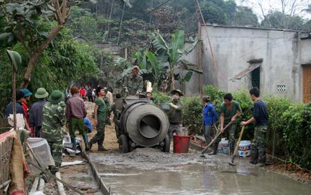 Nông dân thôn Đồng Củm, xã Vĩnh Kiên làm đường nông thôn mới.