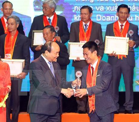 Thủ tướng Nguyễn Xuân Phúc trao danh hiệu Nông dân xuất sắc cho các gương nông dân tiêu biểu.