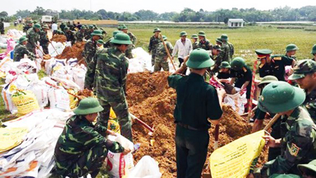 Bộ đội giúp dân gia cố đê điều tại huyện Quốc Oai, Hà Nội.
