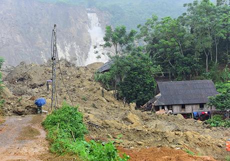 Sạt lở đất ở xóm Khanh làm 18 người bị vùi lấp.
