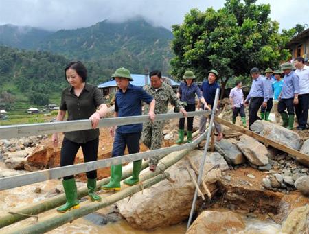 Các đồng chí lãnh đạo tỉnh Yên Bái kiểm tra tình hình và công tác khắc phục hậu quả lũ ống tại xã Hát Lừu, huyện Trạm Tấu.