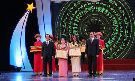 Bộ trưởng Bộ GD&ĐT Phùng Xuân Nhạ và Chủ tịch Ủy ban Trung ương MTTQ Việt Nam Trần Thanh Mẫn trao Bằng khen cho cô giáo và học sinh tiêu biểu tại buổi Lễ.