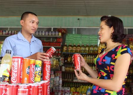 Chị Nguyễn Thị Lý giới thiệu các mặt hàng đồ uống với khách hàng.