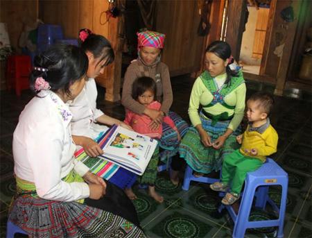 Chị Thào Thị Sáng - Chi trưởng Chi hội Phụ nữ thôn Km16, xã Pá Hu vẫn dành buổi sáng ngày 15 hàng tháng để cùng chị em hội viên tìm hiểu cách chăm sóc và nuôi dạy con cái.