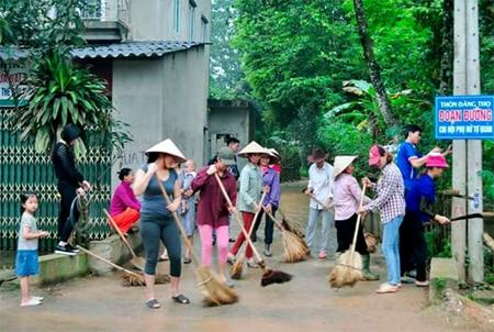 Các hội viên phụ nữ xã Phú Thịnh dọn dẹp vệ sinh đường làng, ngõ xóm.