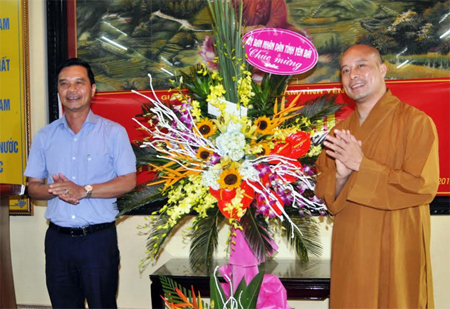 Đồng chí Dương Văn Tiến - Phó Chủ tịch UBND tỉnh tặng hoa chúc mừng Ban Trị sự Giáo hội Phật giáo tỉnh, nhiệm kỳ 2017-2022.