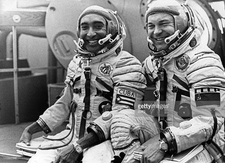 Ông Arnaldo Tamayo Mendez (trái), phi hành gia đầu tiên của Cuba và của Mỹ Latinh bay vào vũ trụ năm 1980.