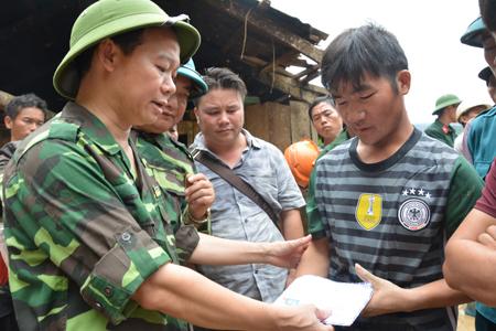 Chủ tịch UBND tỉnh Đỗ Đức Duy ân cần thăm hỏi, động viên, chia sẻ khó khăn với các hộ bị thiệt hại do lũ quét tại thôn Suối Giao, xã Xà Hồ.