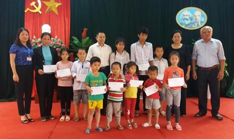 Đoàn công tác của Hội khuyến học tỉnh trao hỗ trợ cho cô và trò ở xã Phúc Sơn, huyện Văn Chấn