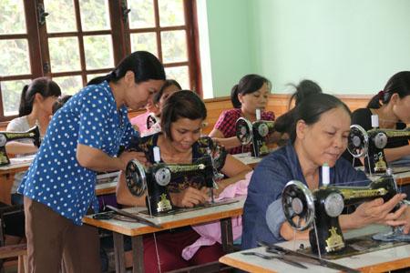 Giờ học thực hành nghề may tại xã Viễn Sơn.