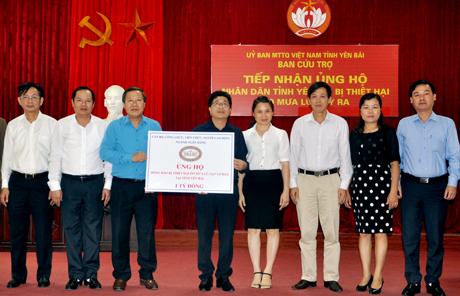 Đồng chí Nguyễn Văn Tân - Phó Chủ tịch Thường trực Công đoàn Ngân hàng Nhà nước Việt Nam trao kinh phí hỗ trợ tỉnh Yên Bái.