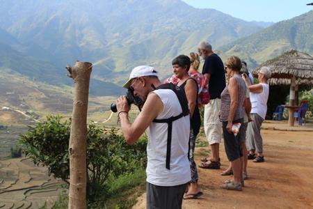 Du khách nước ngoài tìm hiểu, khám phá ruộng bậc thang Mù Cang Chải.