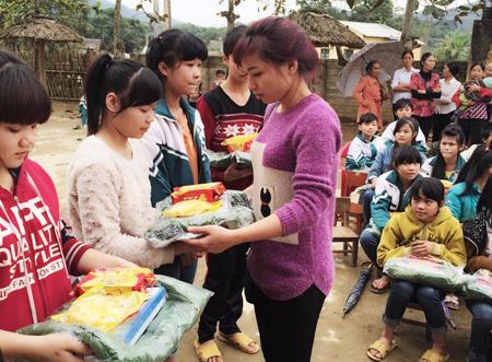 Chị Ninh Thị Bích Hồng tham gia ủng hộ quần áo, sách vở cho học sinh vùng khó khăn.