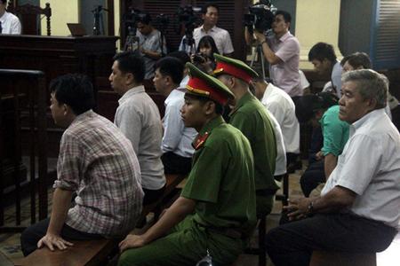 Các bị cáo đang nghe đại diện Bộ Y tế giải trình về việc cấp phép nhập thuốc.