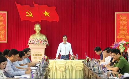 Đồng chí Dương Văn Tiến  - Phó Chủ tịch UBND tỉnh phát biểu tại buổi làm việc với huyện Yên Bình về công tác chuẩn bị Lễ hội Bưởi Đại Minh và Đua thuyền trên hồ Thác Bà năm 2017.