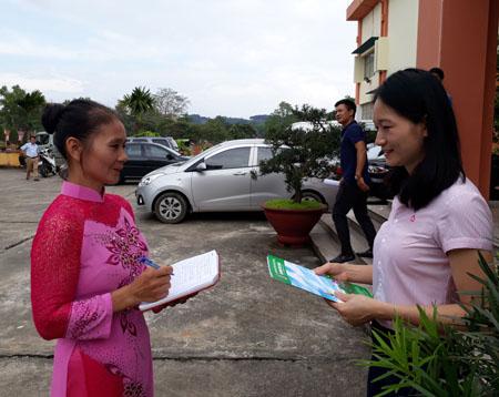 Bà Chu Thị Lợi (bên trái) trao đổi  với cán bộ Ngân hàng Chính sách xã hội.