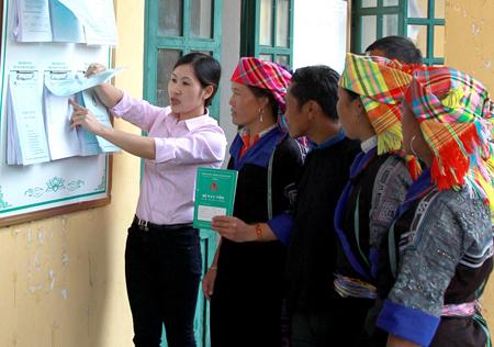Cán bộ hướng dẫn người dân xã Púng Luông, huyện Mù Cang Chải thực hiện các thủ tục hành chính.