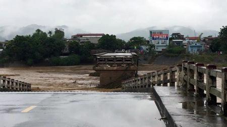 Vào lúc 12 giờ trưa nay (11/10),  nước lũ đã cuốn trôi 1 mố và 2 nhịp cầu  Ngòi Thia, cắt đứt giao thông từ Văn Chấn vào Nghĩa Lộ.