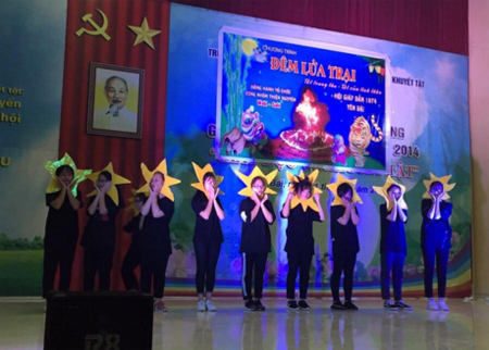Các bạn trẻ tham gia tổ chức tết Trung thu cho các em nhỏ tại Trung tâm Hỗ trợ phát triển giáo dục hòa nhập trẻ khuyết tật tỉnh Yên Bái.  (Ảnh: Thanh Thủy)
