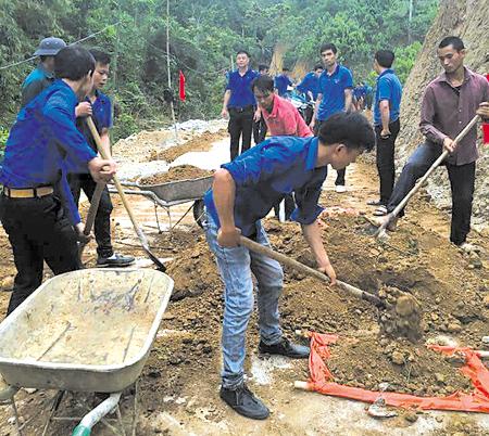 Đoàn viên thanh niên huyện Văn Yên tham gia làm đường giao thông nông thôn.