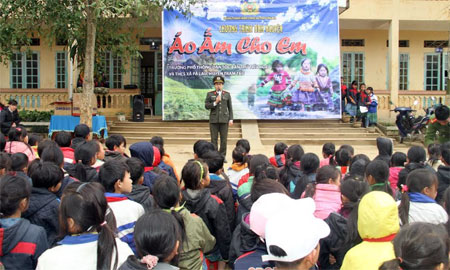 Thượng úy Phạm Minh Tuấn trong lần đi tình nguyện.