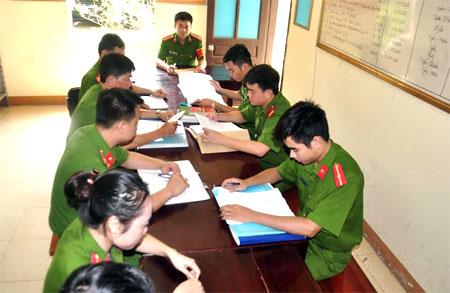 Trung tá Lạc Văn Thực (giữa) cùng các cán bộ, chiến sỹ bàn giải pháp bảo đảm an ninh trật tự trên địa bàn.