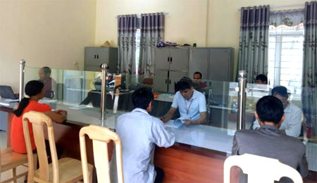 Cán bộ bộ phận một cửa xã Gia Hội, huyện Văn Chấn giải quyết công việc cho người dân.