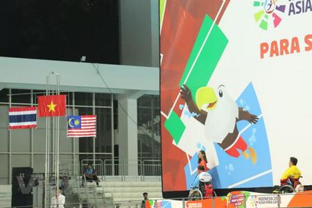 Cờ Việt Nam được kéo lên trong tiếng quốc ca trong nghi lễ trao huy chương vàng.