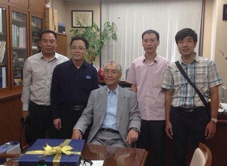 PGS Trần Huy Thịnh (thứ 2 từ phải sang) và GS Tạ Thành Văn (thứ 2 từ trái sang) cùng GS Honjo (giữa). Ảnh nhân vật cung cấp.