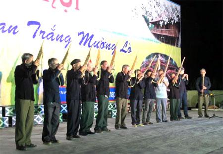 Câu lạc bộ Nhạc cụ dân tộc Thái Mường Lò biểu diễn khèn bè trong đêm văn nghệ kỷ niệm Ngày Quốc khánh 2/9.