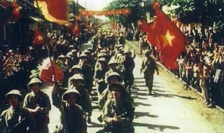 Ngày 10/10/1954 đoàn quân chiến thắng tiến về tiếp quản Thủ đô (Ảnh tư liệu).