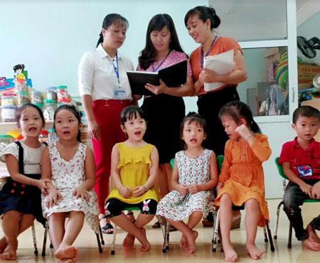 Cô giáo Mông Thị Lụa (giữa) nhận xét sau giờ dự giảng.
