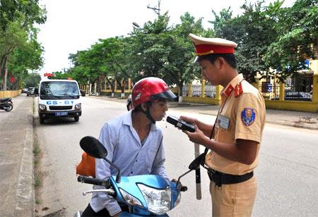Lực lượng cảnh sát giao thông huyện Văn Yên kiểm tra nồng độ cồn đối với người điều khiển phương tiện.
